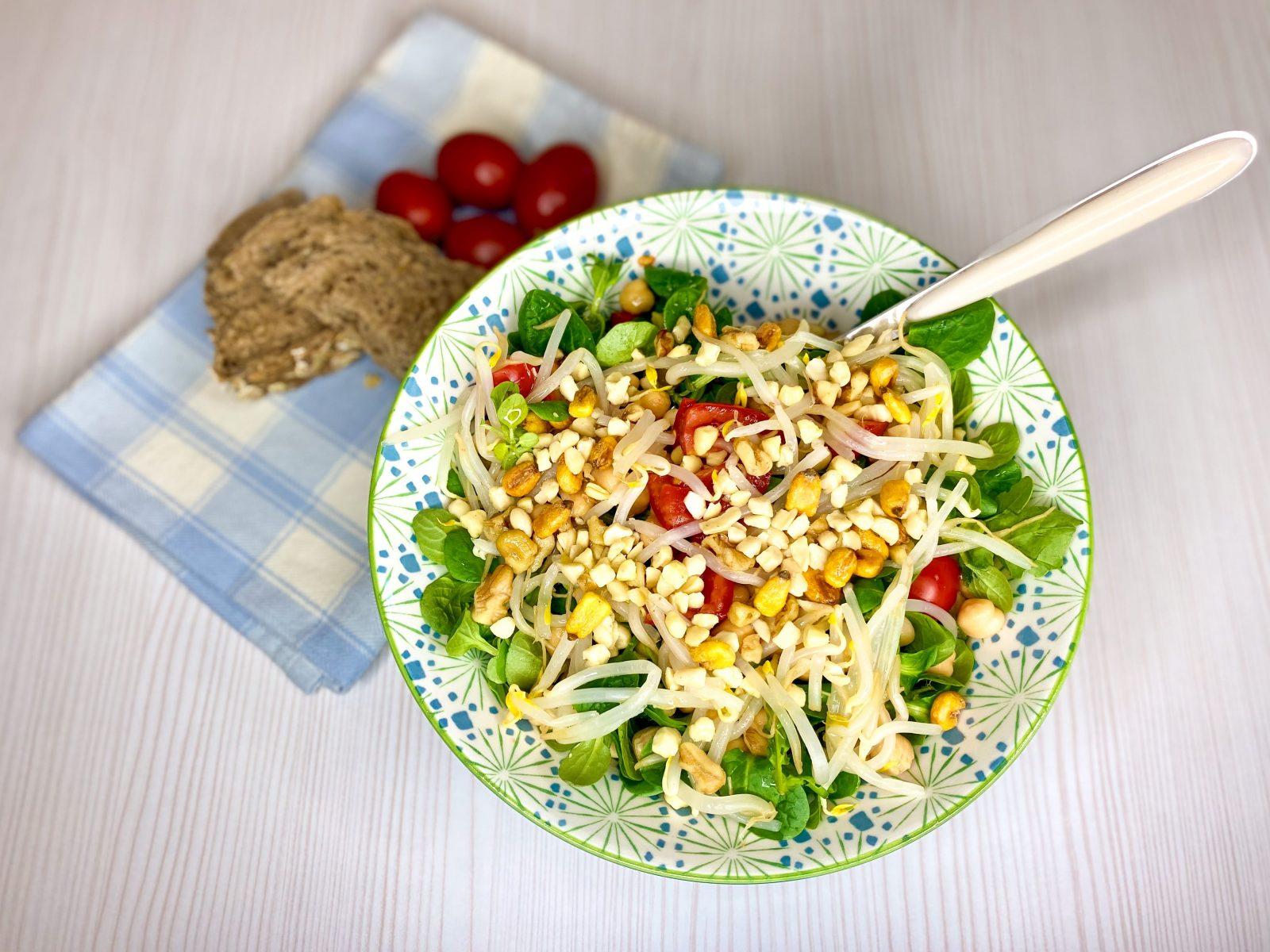 insalata di ceci con songino e pomodorini